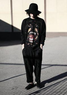 shuitsang:    today.    não gosto de camisas gráficas, mas sempre quis ter esse rottweiler da givenchy