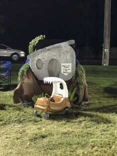 Flintstones trunk or treat with scripture. Flintstones car for kids. Trunk or treat flintstones. Themed Halloween Costumes, Halloween Decorations, Holidays Halloween, Baby Halloween, Halloween Ideas, Beach Office, Couples Vacation, Dyi, Trunk Or Treat