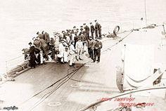 Çanakkale savaşları 18 Mart 1915  HMS Agamemnon zırhlısı personeli . Mayına çarparak batan Bouvet zıhlısından denize saçılan parçaları topluyor.
