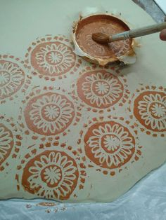 Carrie Ellen Art Studio: Screen Printing On Ceramics. Red clay on white clay then fire Ceramic Tools, Ceramic Decor, Ceramic Clay, Ceramic Pottery, Slab Pottery, Ceramic Techniques, Pottery Techniques, Pottery Tools, Pottery Classes