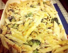 Cocinar la pasta de manera clásica y reservar. Cocinar los brócolis cortados en flores pequeñas, salteados, en abundante manteca y aceite. Una vez listos agregar ajo, panceta ahumada y las aceitunas picadas. Agregar la crema y el queso,  reducir y luego incorporar la pasta. Retirar una parte, procesar con ayuda de un poco de leche si es necesario. Incorporar nuevamente a la pasta. Calentar el horno y llevar a gratinar la pasta con el queso parmesano hasta que quede bien dorada en la…