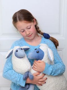 Sew a cuddly toy with this free pattern for a plush sheep – available in two sizes » BERNINA Blog Baby Sewing Projects, Sewing For Kids, Sewing Hacks, Sewing Tutorials, Tutorial Sewing, Animal Sewing Patterns, Sewing Patterns Free, Free Sewing, Free Pattern