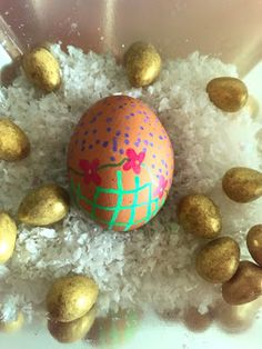 She's Eclectic: Artline Monday - Decorating Easter eggs Federal Holiday, Easter Monday, Christian Holidays, Easter Traditions, Easter Activities, Easter Eggs, Centerpieces, Decorating, Kids