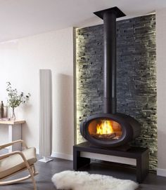 This can fit into modern, contemporaty, asian, or industrial designed spaces. Made of steel, the minimalist round and oval wood burning stoves from Cheminées Philippe fit nicely into your modern living quarters. These stoves draw outside air and can be installed in variety of ways. Heat outputs are between 5.0 kW and 11.0 kW, efficiency ranges from 71% to 76%. Modern Log Burners, Modern Wood Burning Stoves, Wood Burning Heaters, Log Burning Stoves, Modern Stoves, Wood Stoves, Home Fireplace, Inglenook Fireplace, Modern Fireplace