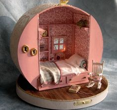 Miniature dollhouse made from a hat box! (But I'm thinking you could use the same kind of hat box to create a fairy-sized vintage trailer too. now where can I find an old hat box? Miniature Rooms, Miniature Crafts, Miniature Houses, Clay Houses, Miniature Furniture, Modern Dollhouse Furniture, Diy Dollhouse, Dollhouse Miniatures, Homemade Dollhouse