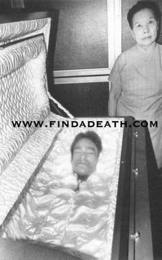 Bruce Lee in coffin at his funeral. Brandon Lee, Bruce Lee Martial Arts, British Hong Kong, Bruce Lee Quotes, Martial Arts Movies, Celebrity Deaths, Enter The Dragon, Little Dragon, Martial Artist