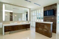 Nagy tükör tetszik meg a mosdók.