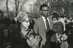 Garry Winogrand (1928-1984) est peu connu du grand public. Il est pourtant un grand photographe américain, de ceux qui ont su capturer leur époque pour en révéler les moeurs et les habitudes,au même titre qu'Evans, Frank, Friedlander ou Klein.Dès les années 1950 et jusqu'au début de la décennie 1980,
