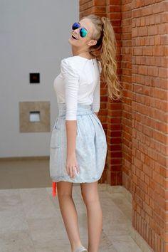 Modna spódnica z dekatyzowanego materiału posiadająca duże kieszenie oraz neonowy troczek. Oryginalnie zapakowana z kompletem metek wykonana z najlepszych materiałów. Modny design i niepowtarzalny wygląd, idealna do codziennych stylizacji, ale także tych elegantszych.