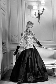 1947 Christian Dior Fashion Show, featuring a black satin skirt with linen jacket, jacket is embrordered in gold and diamionds. Christian Dior Vintage, Vintage Dior, Vintage Gowns, Vintage Mode, Vintage Couture, Vintage Glamour, Vintage Woman, Unique Vintage, Retro Vintage