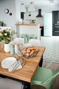 Una vivienda cargada de detalles en color mint #vivienda #hogar #decoración #home #deco #nórdico #escandinavo #mint #verde #color #baldosas #hidraúlicas #green #smeg #tolix www.hogardiez.com.es