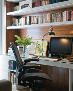 No escritório, os arquitetos fixaram uma estante na parede em que se encaixa a mesa de trabalho. Ela tem laterais e fundo revestidos de folha de nogueira. As prateleiras são de MDF laqueado com mangueiras de iluminação embutidas.