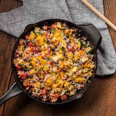 Zucchini, Frijoles Negros y Arroz al Sartén: Sencilla comida a la sartén preparada con una combinación de frijoles negros, tomates asados al fuego y arroz