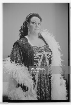 Montserrat Caballe stands in a dressing room at the San Francisco Opera House where she is portraying Floria Tosca in a performance of Giacomo Puccini's Tosca. Vind hoogwaardige nieuwsfoto's in een hoge resolutie op Getty Images Montserrat, Carnegie Hall, Opera Singers, Diana Ross, Freddie Mercury, Dressing Room, Opera House, Diva, Royalty