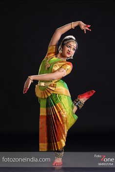 FotoZone - Experienced Bhratanatyam and Classical Dance Photographer, has closely worked with almost all leading Classical Dance Teachers in India. Cool Costumes, Dance Costumes, Kathak Costume, Kathak Dance, Isadora Duncan, Indian Classical Dance, Costumes Around The World, Indian Photoshoot, Dance Poses