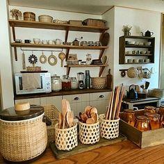 女性で、3DKの市川商店/お箸/フォーク/スプーン/カトラリー収納/暮らしを楽しむ…などについてのインテリア実例を紹介。「かご収納コンテストに参加します! 我が家の台所はかご収納がいっぱい。棚の一番上のかごには、使い捨てタッパーやストローのストックをいれています。 カウンターの上の籐のアイルペールには卓上調味料を収納。その右側は、日本の職人さんが作られたおしぼりかごを3つ並べてカトラリー収納にしています。かごだけじゃ倒れてしまうので手作りの木のトレーに固定しています(*^^*)優しい雰囲気にほっこりします。」(この写真は 2017-02-16 12:42:20 に共有されました)