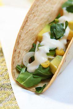 Messico e nuvole...a modo mio! ;) Tacos vegani mango e avocado: buoni, veloci e sani!  Ricetta su: http://karmaveg.it/tacos-vegani-mango-avocado/