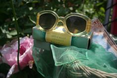 Accesories, Jewerly & Fashion: The trend of vintage sunglasses and how to use them by Nat Cebrián Vintage Bags, Vintage Outfits, Vintage Fashion, Vintage Brooches, Vintage Earrings, Irish Fashion, Trending Sunglasses, Vintage Sunglasses, Royal Jewelry