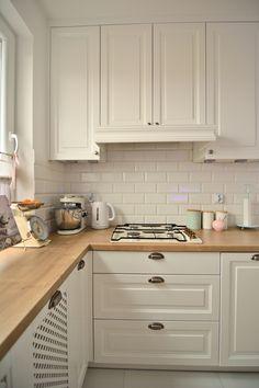 Białe tradycyjne szafki w aranżacji kuchni