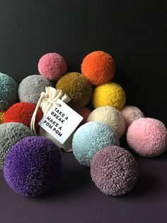 Pom Pon, Pom Pom Maker, How To Make A Pom Pom, Pom Pom Crafts, Easy Projects, Craft Tutorials, Crochet Toys, Gift Wrapping, Wrapping Ideas