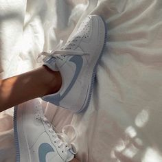 cute aesthetic shoes - Nike Air Force Source by juliaashlz air force aesthetic Souliers Nike, Nike Air Shoes, Nike Summer Shoes, Nike Shoes Outfits, Aesthetic Shoes, Aesthetic Boy, Aesthetic Vintage, Hype Shoes, Fresh Shoes