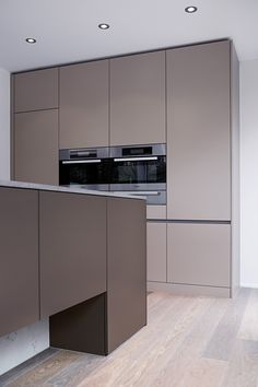 Beige Kitchen Cabinets, Taupe Kitchen, Black Kitchen Decor, Kitchen Room Design, Kitchen Cabinet Design, Kitchen Layout, Modern Kitchen Interiors, Contemporary Kitchen Design, Diy Décoration