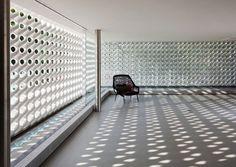 Cobogó Parede de betão, elementos de argila ou elementos de vidro com orifícios geralmente desenhados de forma artística, que permite a ventilação e passagem de luz para um compartimento de uma habitação ou delimitação de um espaço. O conceito foi criado no Brasil, no Recife, em 1929, mas popularizou-se durante as décadas de 40 e 50. A designação deriva do nome dos engenheiros que o criaram: Amadeu Oliveira Coimbra (Co), Ernest August Boeckmann (Bo) e Antônio de Góis (Go).