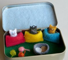 Miniature felt cats in snuggle bags Altoid tin play set - balls of yarn and food bowl Stuffed Animals, Stuffed Animal Cat, Cute Crafts, Crafts For Kids, Geek Crafts, Sewing Projects, Craft Projects, Sewing Kits, Tiny Cats