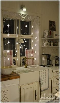 Awesome Shabby Chic Kitchen Designs, Accessories and Decor Ideas Shabby Chic Kitchen with Star Fairy Lights.Shabby Chic Kitchen with Star Fairy Lights. Shabby Chic Homes, Shabby Chic Decor, Shabby Chic Apartment, French Apartment, Shabby Chic Curtains, Apartment Ideas, Style At Home, Cuisines Design, Home And Deco