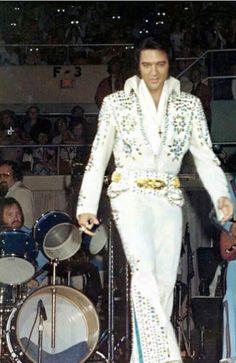 Elvis Presley Concerts, King Elvis Presley, Elvis Presley Family, Elvis In Concert, Elvis Presley Photos, Rare Elvis Photos, Living Quotes, John Lennon Beatles