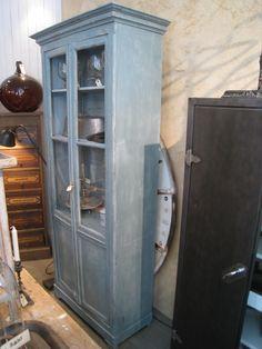 Gammelt fransk vitrineskab med en meget smuk bemaling. Skabet har flytbare hylder og skønne profiler overalt.Mål: H 228 X B 98 X D 47cm