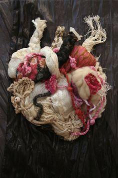 Au couer de la vache  Technique mixte.  Laine, crochet, tricot, fils.  Sabine Feliciano. Au coeur de la vache. sur un lit de paquerette. Expo collective à la Maison de lréserve. (Doubs)