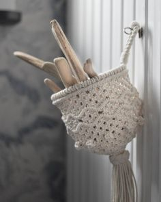 This is a basket M knotted a while ago, maybe a year ago... and there is a short video when she is knotting it further down at this IG. She is doing the macramé very firm which makes this basket consistent in its form. #frostadesign #macrame #makrame . . . . . . . . . #macramaker #macramerope #diymacrame #modernmacrame #macrameart #macrameartist #fiberartist #creativelifehappylife #dreamjobmakers #handmadeisbetter #rope #cottonrope #cottonlove #shopsmall #supportsmallbusiness…