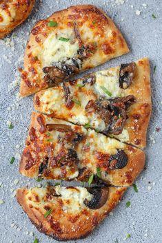 Flatbread Pizza Recipes, Naan Flatbread, Recipes With Naan Bread, Naan Pizza, Mushroom Flatbread Recipes, Nan Bread Pizza, Flatbread Toppings, Flatbread Appetizers, Pizza Champignon