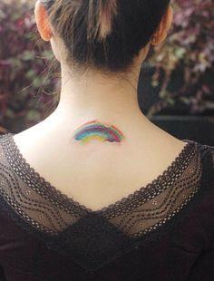Rainbow tattoo: il tatuaggio con l'arcobaleno che appare sulla pelle -cosmopolitan.it