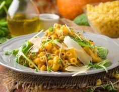 Hörnchen mit Schmorkürbiscreme und Babyspinat Rezept Pasta, Cantaloupe, Veggies, Fruit, Ethnic Recipes, Food, Vegetarian Recipes, Pasta Meals, Easy Meals