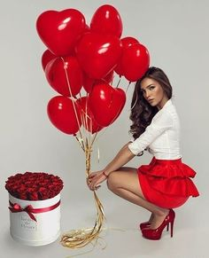 He loves me? Cute Valentines Day Outfits, Valentines Day Photos, Valentine Theme, Valentine Roses, Photos Saint Valentin, Glam Photoshoot, Valentine's Day Outfit, Photoshoot Inspiration, Photoshoot Ideas