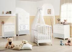 Marvelous Babyzimmer einrichten und dekorieren W nde in Gelb und Wei wei e Holzm bel Kuscheltiere auf