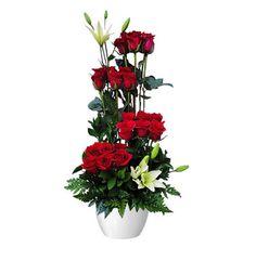 Arreglo con 18 rosas rojas, 2 lilium blanco, helecho cuero y follaje fino
