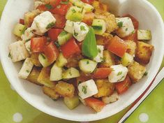 Salada com Broa e Queijo Feta - https://www.receitassimples.pt/salada-com-broa-e-queijo-feta/