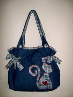 12 Perfect Bags Made of Old Jeans!- 12 Perfect Bags Made of Old Jeans! Patchwork Bags, Quilted Bag, Jean Purses, Purses And Bags, Bag Quilt, Diy Sac, Denim Purse, Cat Bag, Cute Purses
