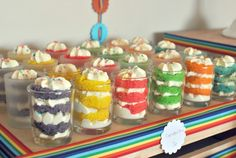 Cupcakes in a jar . looks like a fun & less messy way to serve cupcakes to little ones Rainbow Birthday Party, Birthday Fun, Birthday Parties, Happpy Birthday, Party Entertainment, Party Gifts, Party Planning, Cupcake Cakes, Mini Cakes