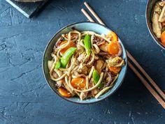 Oosterse groenten met kip en noedels