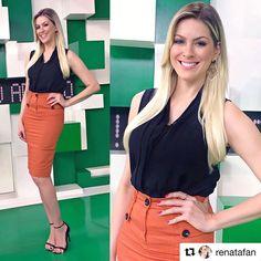 A linda apresentadoa @renatafan com nosso Body preto, amamos a escolha! ✨  #Repost @renatafan with @repostapp ・・・ Ótimo final de semana a todos!!!#jogoaberto de hoje! Body lindo da @luziafazzollioficial e a saia de cintura alta é da @rubinellaoficial!!! Amei este Look! Para a vida!!!!👏🏻👏🏻😻Stylist @yuriaraujo0410