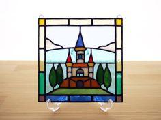 お城のステンドグラスミニパネルです。朗らかな色合いで、玄関やリビング、ベッドルームなど、どんな場所にもなじむ図案です。パネル上部には吊り下げ用の金具が付いてい...|ハンドメイド、手作り、手仕事品の通販・販売・購入ならCreema。