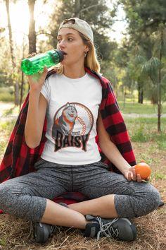 From Hero Gols- Athletic ware Wie erkennt man das perfekte T-Shirt Passender Schnitt und Bewegungsfreiheit. Ein passender Schnitt ist die größte Schwäche vieler T-Shirts. Es ist nicht leichtt, ein gut sitzendes Shirt zu finden, Es ist nicht immer der Fall, Kleidungsstücke, die mit mehr Liebe zum Detail und in top Qualität produziert wurden zu erwerben! Unsere Stärke: Form & Schnitt, Qualität und Preis! Weniger Daisy Dog, Anime Gifts, Erza Scarlet, Athletic, Jersey Shorts, Fairy Tail, Short Sleeve Tee, Gifts For Mom, Classic T Shirts