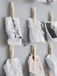 Här har vi gjort årets adventskalender med små paket av FULLFÖLJA presentpapper, band i vitt och HISTORISK hängetikett med siffra. Paketen är fyllda med små godsaker och väldoftande lavendel som adderar en extra dimension till julstämningen.
