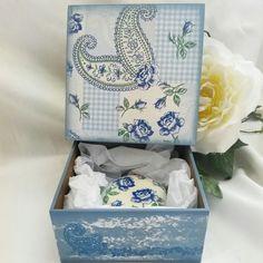 CAIXA COM SABONETE #caixa #presente #lembrançacasamento #lembrançamadrinha #presentemadrinha #decoupage #artesanato #madeira #mdf