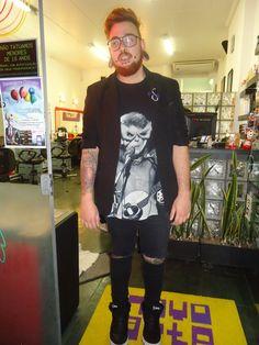 Gerente do Salão Studio de tatuagem, diz que cada dia ele adota um estilo diferente, que ele gosta de poder brincar com isso.