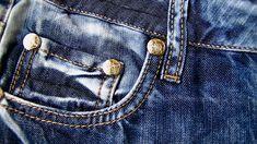 Frühlings-Trends in der Männermode Männer, die es sportlich und funktionell mögen, entscheiden sich für Jacken mit aufgesetzten Taschen. Hier alle Details im Magazin. Mode  Wohnen Business Mode, Parka, Trends, Fashion, Trousers Fashion, Coral, Light Jacket, Contrast Color, Fashion For Men